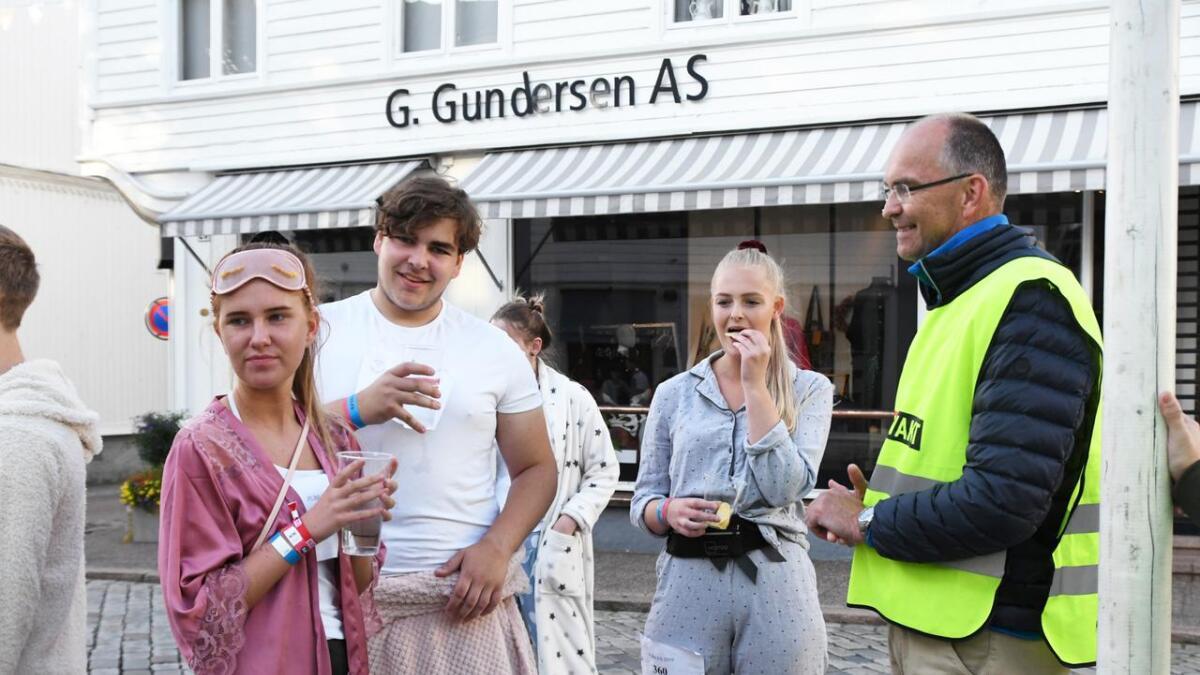 Studentene satte pris på å få utdelt vann og snacks av ordfører Kjetil Glimsdal og resten av faddervaktene.
