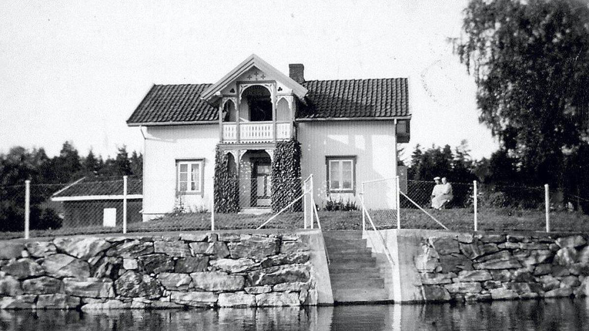 Den staselige hovedbygningen på Nabben ble oppført i 1875 i sveitserstil med fine utskjæringer og ornamenter. Bildet fra 1930-årene er tatt fra båt i Glomma.