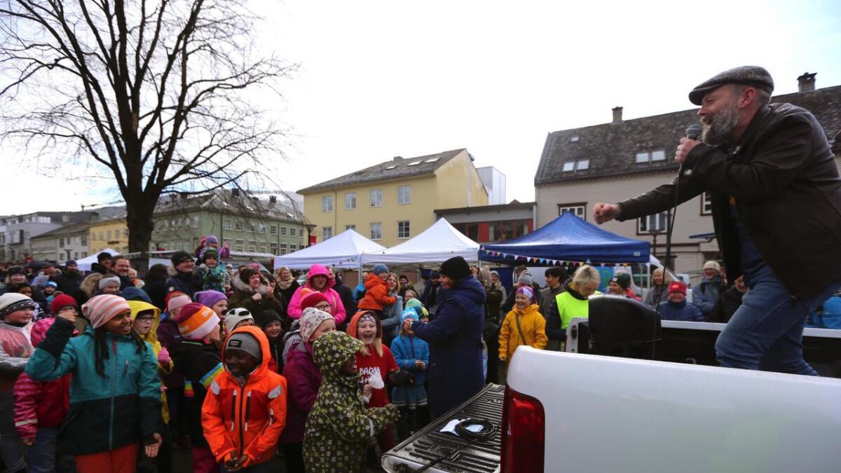 Olav Undeland fekk alle med på dei kjende Badnajazz-strofene i paraden.