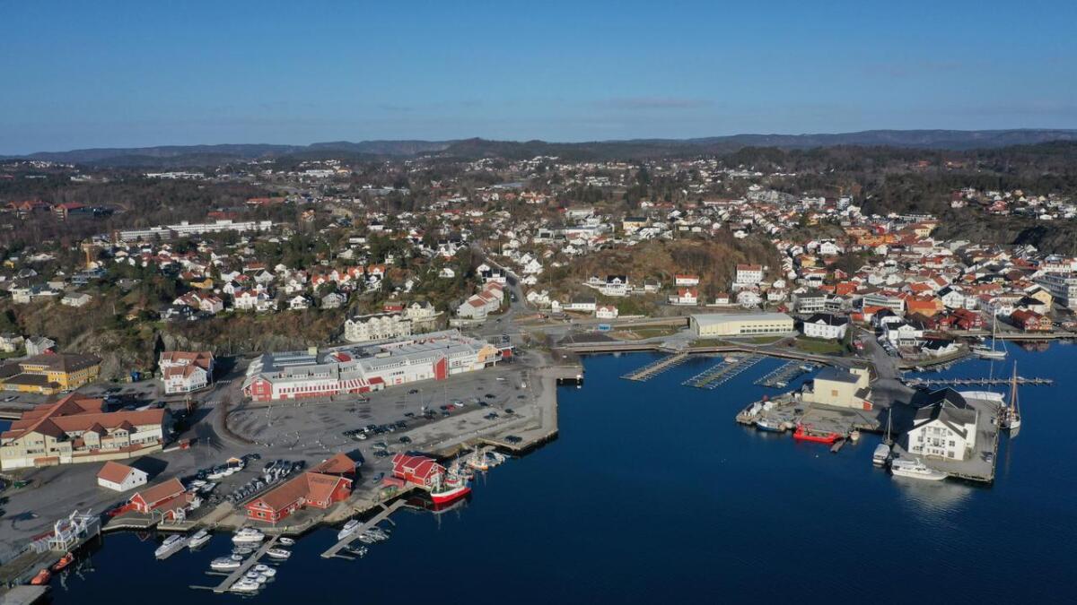 Etter at Fylkesmannen annullerte 11 Oddensenter-dispensasjoner gitt av Grimstad kommune var det et møte mellom kommune og utbygger på rådhuset om veien videre. Dette er et dronefoto av Grimstad sentrum, med Odden-området, Torskeholmen, gjestehavna og Biodden.