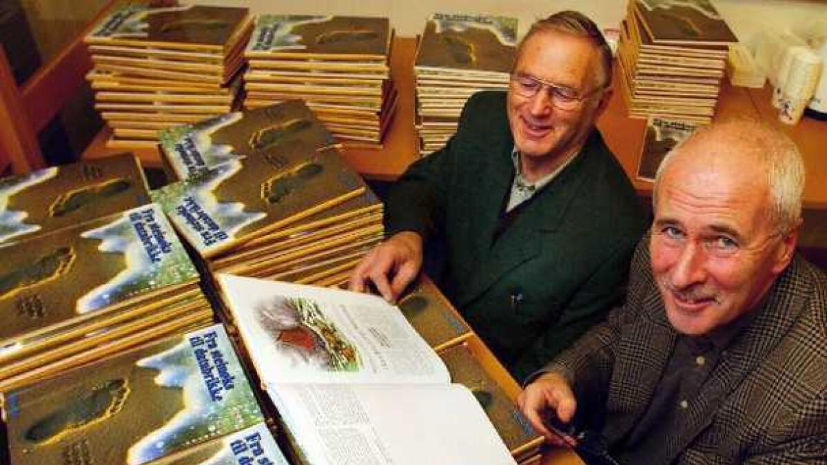 Tom Svennevig (t.v.) og Stein Gauslaa er godt fornøyd med resultatet. I går signerte og solgte de bøker i Agderpostens ekspedisjon.