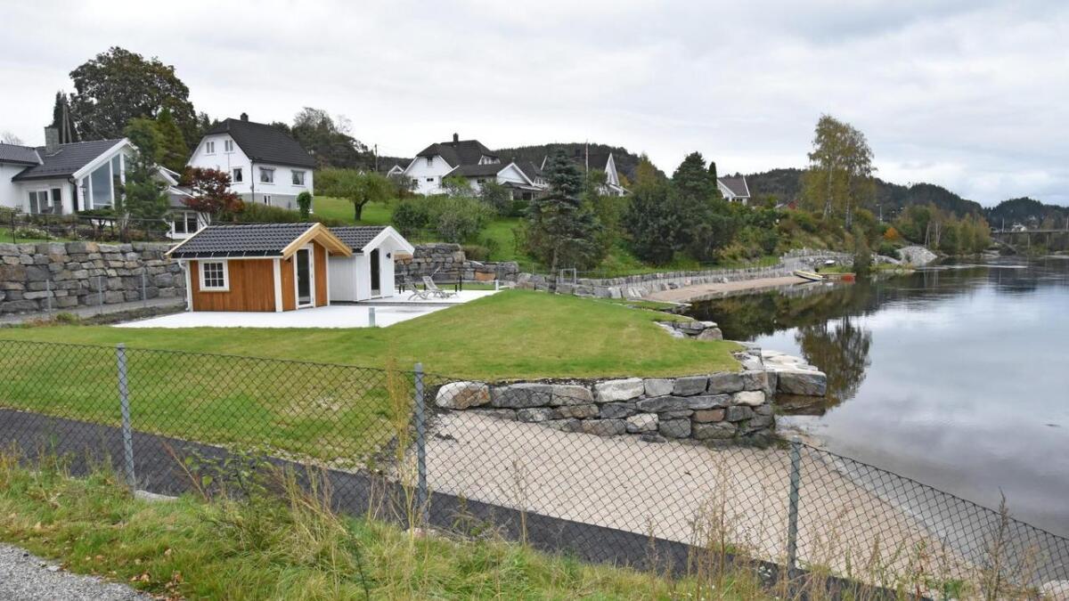 Kommunen mener disse to bodene er bygget nærmere enn 15 meter fra vannet, noe som ikke er lov.