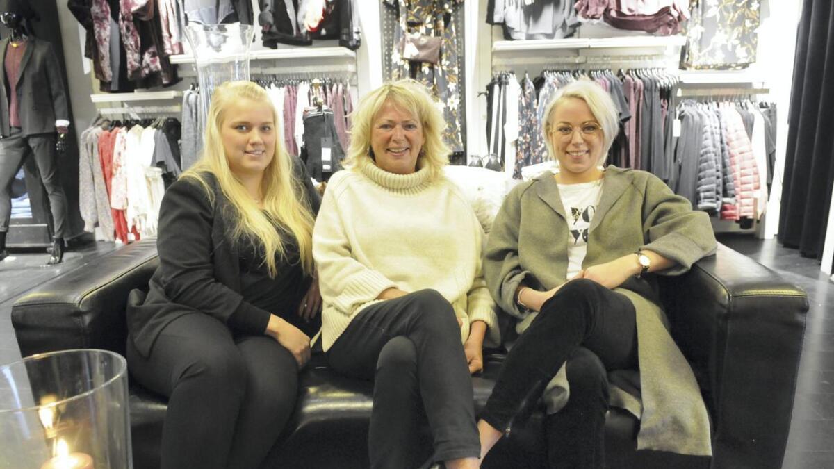 Anita Fjermerås Hansen (i midten) åpnet Motehuset Fame for 35 år siden. Sammen med datteren Ida Johanne Straith (t.h.) og Madeleine Årnes ønsker hun velkommen til jubileumsfeiring.  Begge
