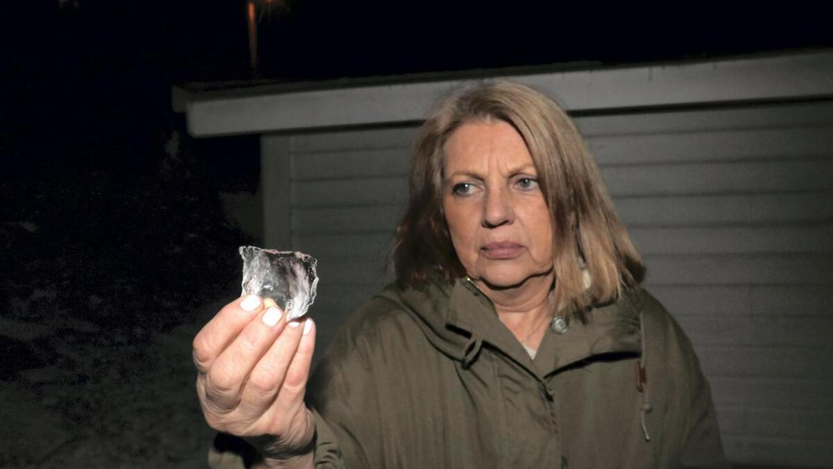 Anne Margrete Jansen stod to meter unna då isklumpen fall ned på helleplattingen framfor inngangen til huset hennar.