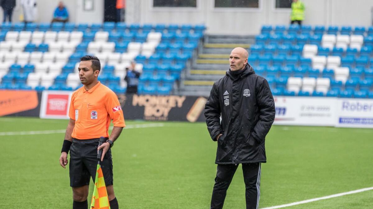 Arendal Fotball vil betale Rasoul Mohammed når han eventuelt får innvilget oppholdstillatelse i Norge. Her er han som linjedommer i 2. divisjon under kampen mellom Arendal og Hødd.