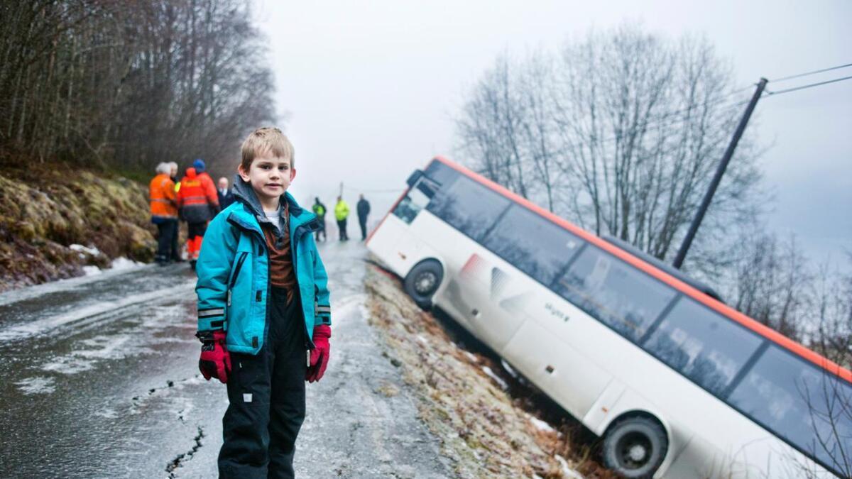 Eirik Nestaas (7) vart litt redd då bussen sklei, men ikkje så veldig. - Det var gysla glatt, seier han.