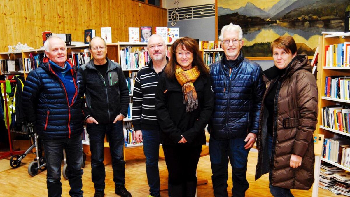 Heder og ære i forbindelse med torsdagens premiering av Ti på topp i Lødingen. Steinar Svendsen (tv) har besøkt samtlige 25 topper i år, Gunnar Gjerde sto sammen med Oddbjørn Rinaldo for utdeling av premier, Solveig Rinaldo har vært på samtlige 25 topper. Karstein Jakobsen besteg i en alder av 81 år både Strandstinden og Møysalen, mens Ingebjørg Hauge deltok i sin første Ti på topp.