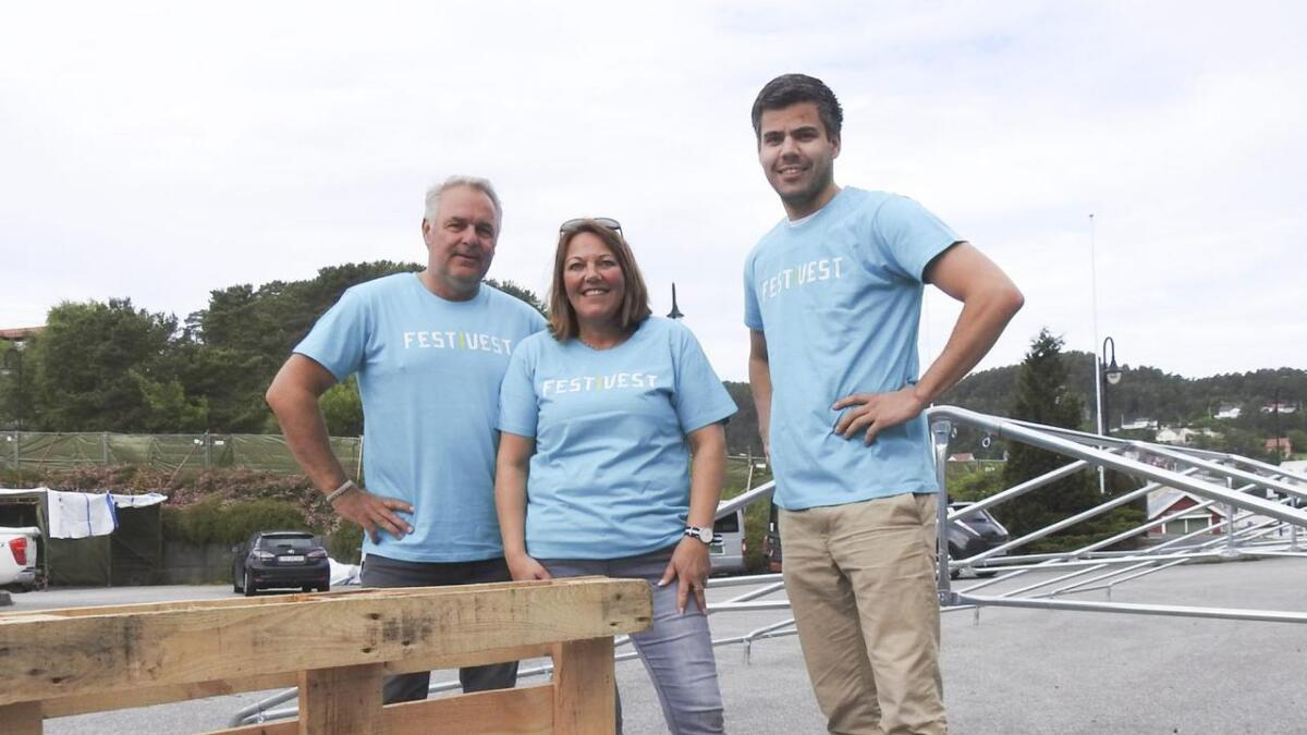 Åge Stokken (f.v.), Britt Heidi Olsen Værøy og Anders Fosse i Fest i vest gler seg til festivalsommaren. Her frå i fjor.