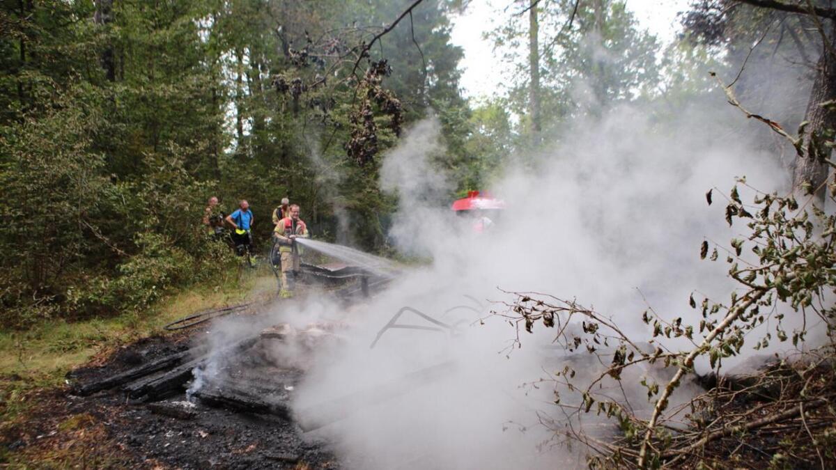 En gammel løe brant ned til grunnen på Håbbesland i Birkenes kommune torsdag ettermiddag.