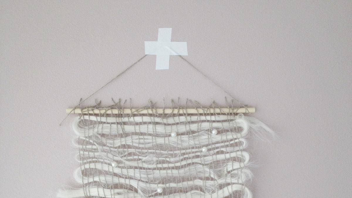 Perler, silketråd og fjær er berre nokre av materialane som finn vegen til vevprosjekta til Anne Djupvik Andersen.