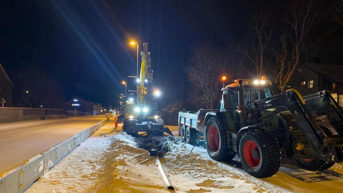 Mannskaper fra kommunalteknikk i Sortland kommune fikk tettet lekkasjen i vannledninga søndag.