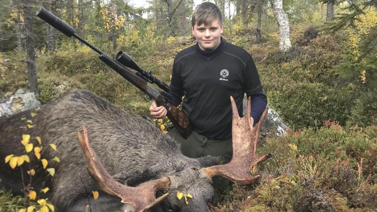 Nicolai Ynnesdal (15) skaut sin første elg i Sverige.