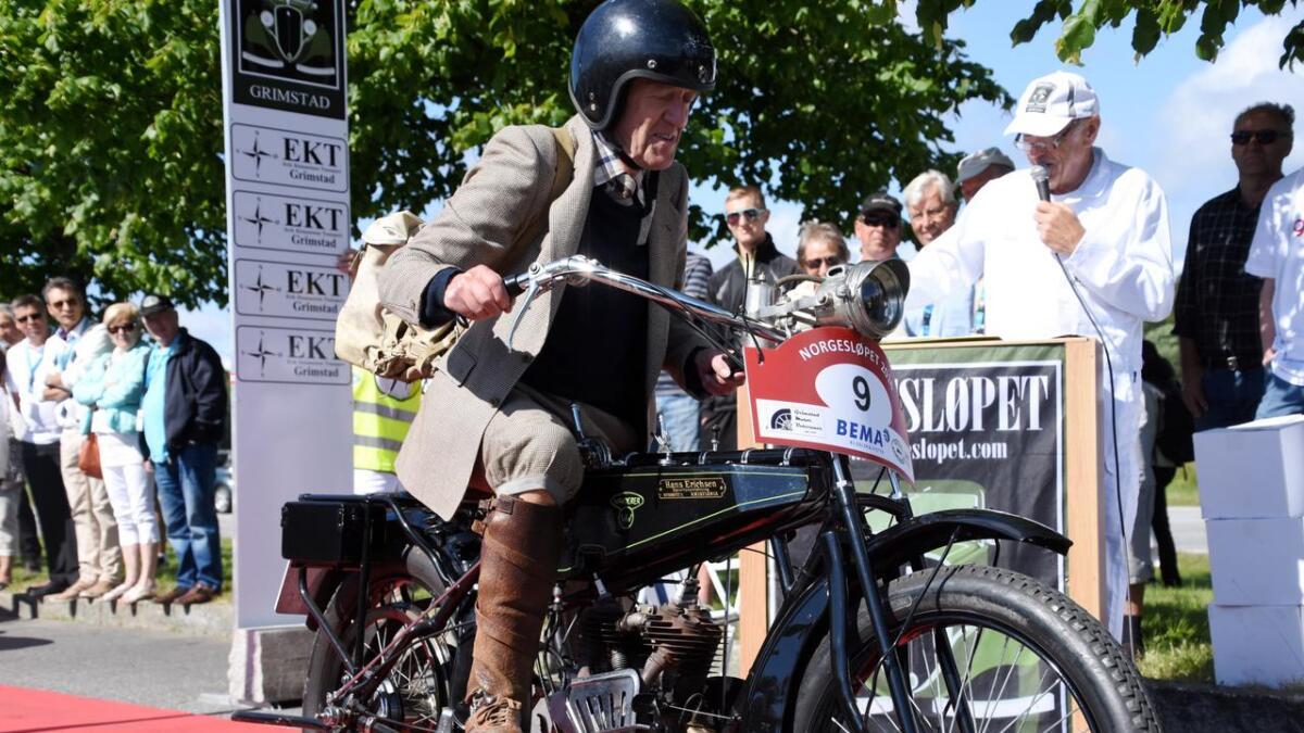Det er mange ulike kjøretøy i et veteranbilløp. her er Håkon Schjager fra Skien på sin Wanderer 500ccm fra 1918.