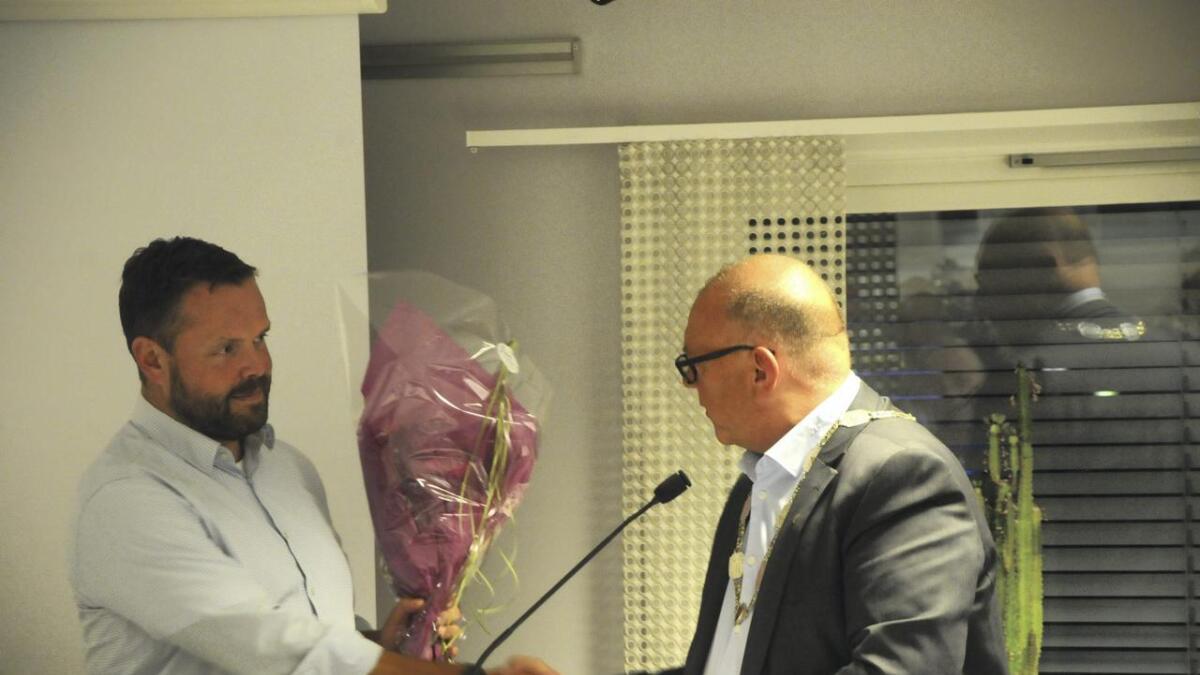 Halfdan Haugan (t.h.) takka administrasjonen for samarbeidet dei siste fire åra og bad rådmann Finn-Arild Bystrøm ta med seg blomar.