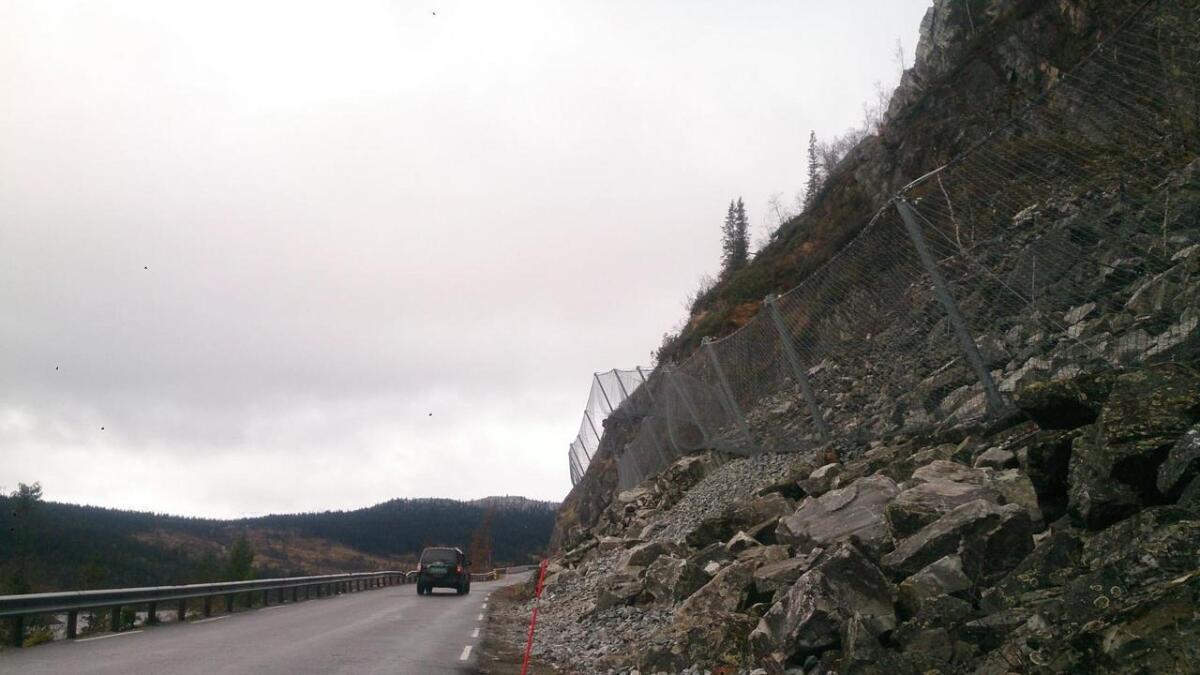 Sikringsgjerdet skal ta imot dersom steinar kjem rasande ned fjellsida.