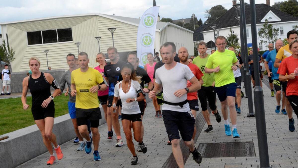 I lett regnvær satte rundt 50 løpere av gårde for å teste årets Grimstad maraton-løype torsdag kveld.