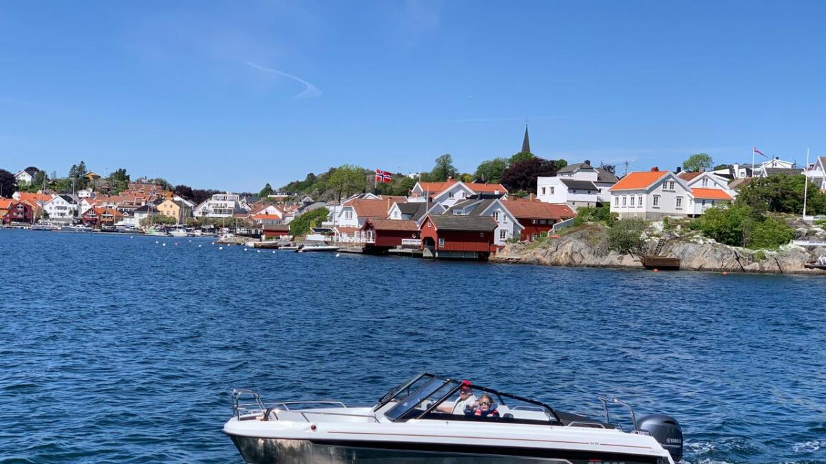 Yamarin Cross 62 BR med Grimstad i bakgrunnen, stilig båt.