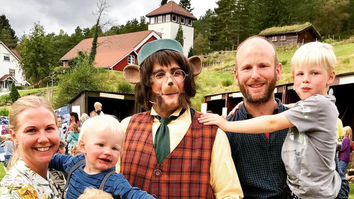 Bamsefar og vennene hans laget show for 500 personer hos Pernille Vea og Gunnar Sagstuen – og den glade trio Johanna, Sigurd og Andreas.
