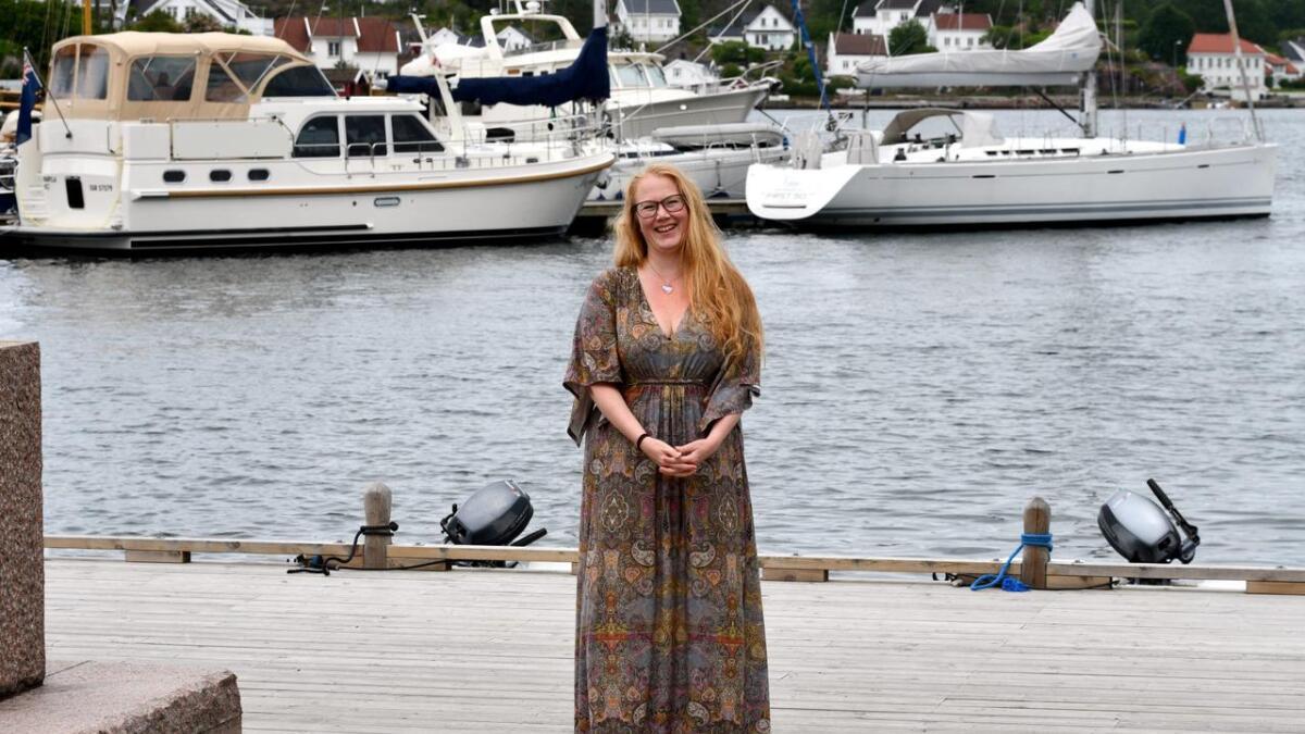 Teatersjef på Kilden Amalie Nilssen simpelthen elsker å være i Grimstad og sette opp teater i Fjæreheia. Hun forteller at det er høydepunktet med jobben sin. I sommer blir Ibsens Fruen fra havet å se der.