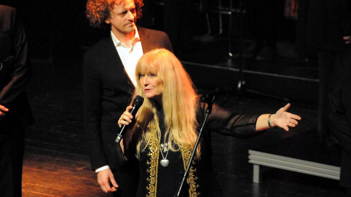 – Kjære venner, sa Hanne Krogh til publikum, kor og musikere. (Alle