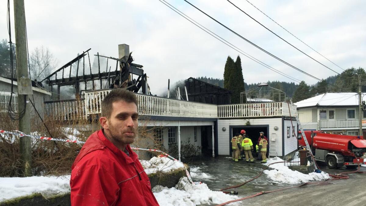 Aargjend Shalci og familien fikk reddet seg ut av den brennende boligen. De mistet alt de eide i brannen natt til fredag.