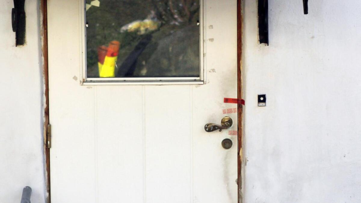 Døra inn til huset er sperret av.