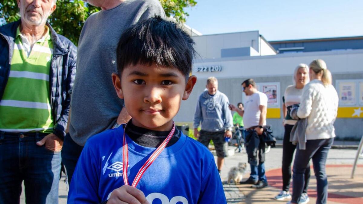 David Puth (5 1/2) viser stolt frem sin medalje.