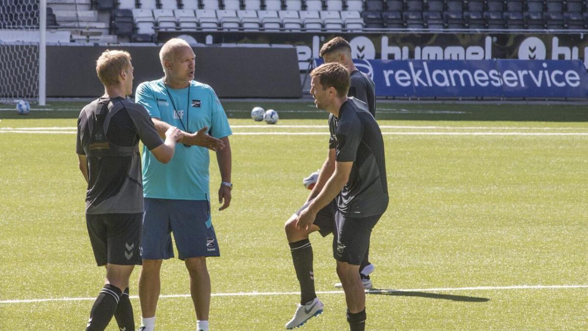 Steffen Hagen, Dag-Eilev Fagermo og Espen Ruud diskuterer hvordam Odd skal få bukt med forsvars                        spillet på bortebane etter tre kamper med altfor mange baklengsmål.