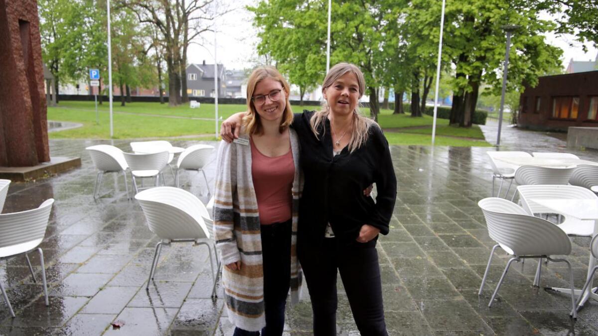 Maria Selander og Helle Kasin gleder seg til å ta i bruk parken utenfor Ibsenhuset.