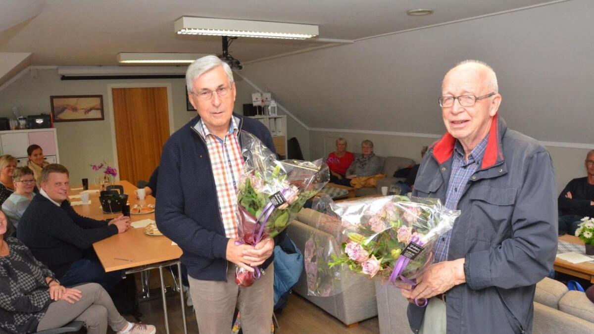 Jan Sverre Reber(t.v) og Peter Rosendahl fikk blomster fordi de har vært med i Lyttevenn-prosjektet siden det startet opp for 10 år siden. I dag trenger flere skoler i Vennesla lyttevenner til sine tredjeklassinger. Lyttevenner gir barna selvtillit ipå  lesing, kom det fram under markeringen denne uka.