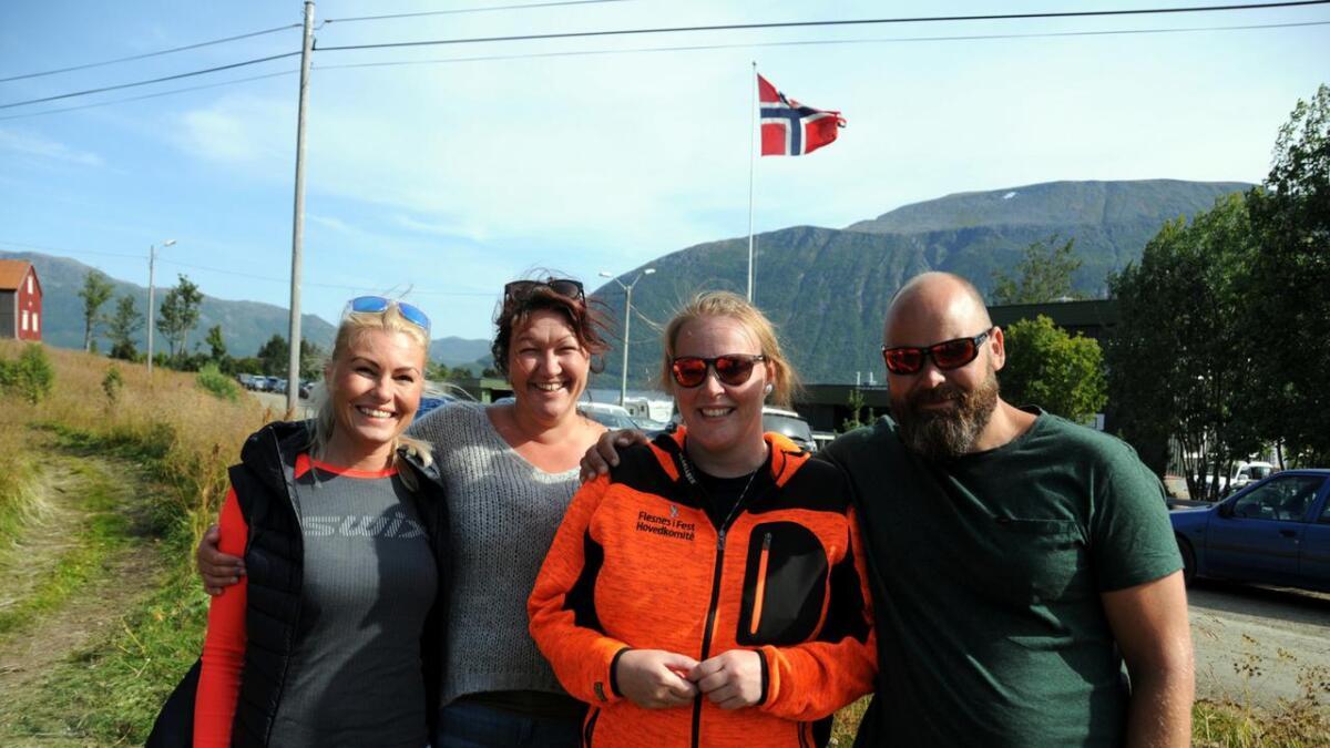 Tar du bilde av oss også? Karianne Nilsen, Karoline Jensen, Julia Holand og Tommy Skagen koser seg på Flesnes i fest.