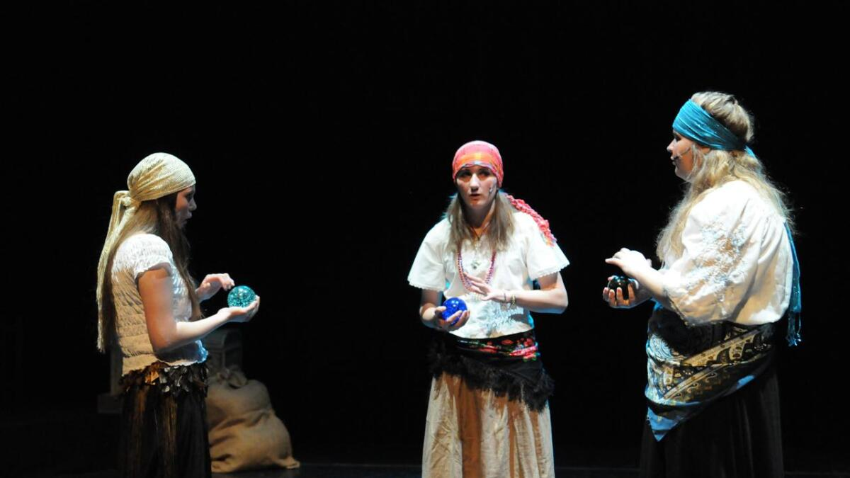 Her er det tre heksene som Macbeth møter. De er spilt av Kine Therese Hagen, Frida Haugen og Siri Opaker.