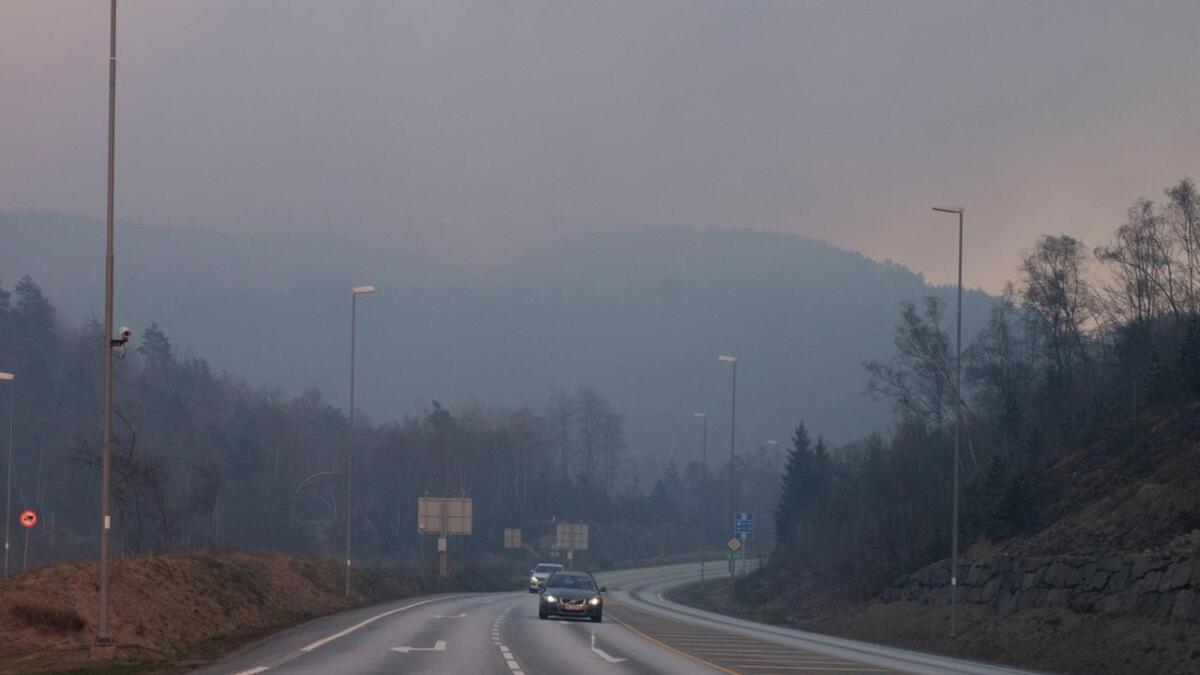Tung røyk fra skogbrann over E39 over Kvinesdalsheia tirsdag kveld.
