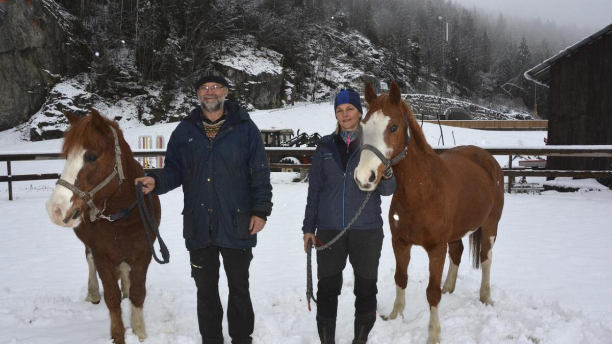 Stig og Gitte Høgetveit driv Seljord hestesenter rett ved den nye tunnelen på Århus. Dei er nøgde med samarbeidet dei har hatt med dei involverte i  tunnelutbygginga.  begge