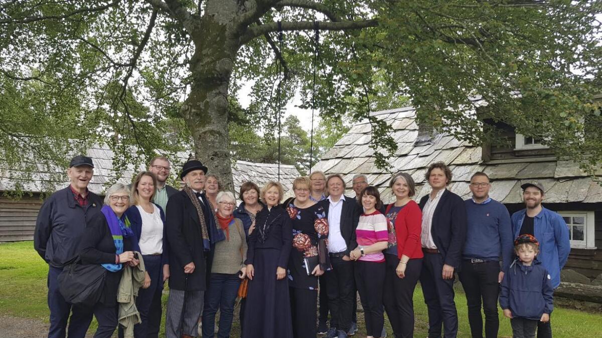 Stord Venstre og kulturministeren på Sunnhordland museum saman med museumsrepresentantar.