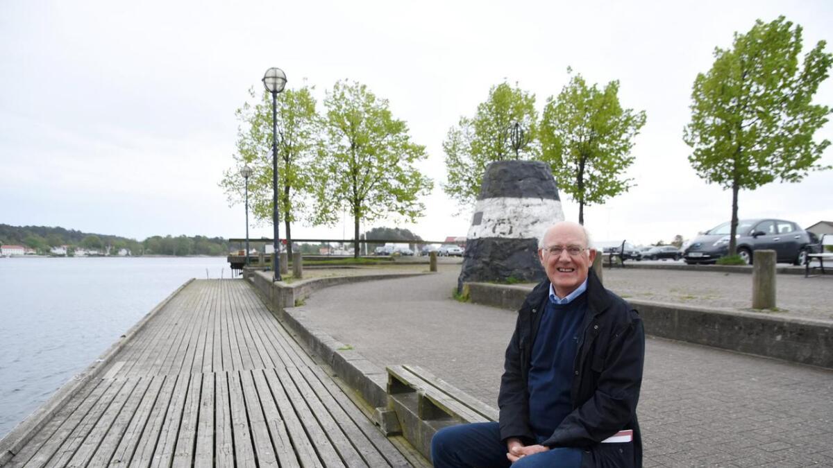 Per Ivar Ruhaven er redaktør av Selskapet for Grimstad Bys Vels medlemsskrift. I nr. 62                              skrev han artikkelen om gamle og nye stedsnavn langs bryggene. Her sitter han på Kong Harald Vs brygge.