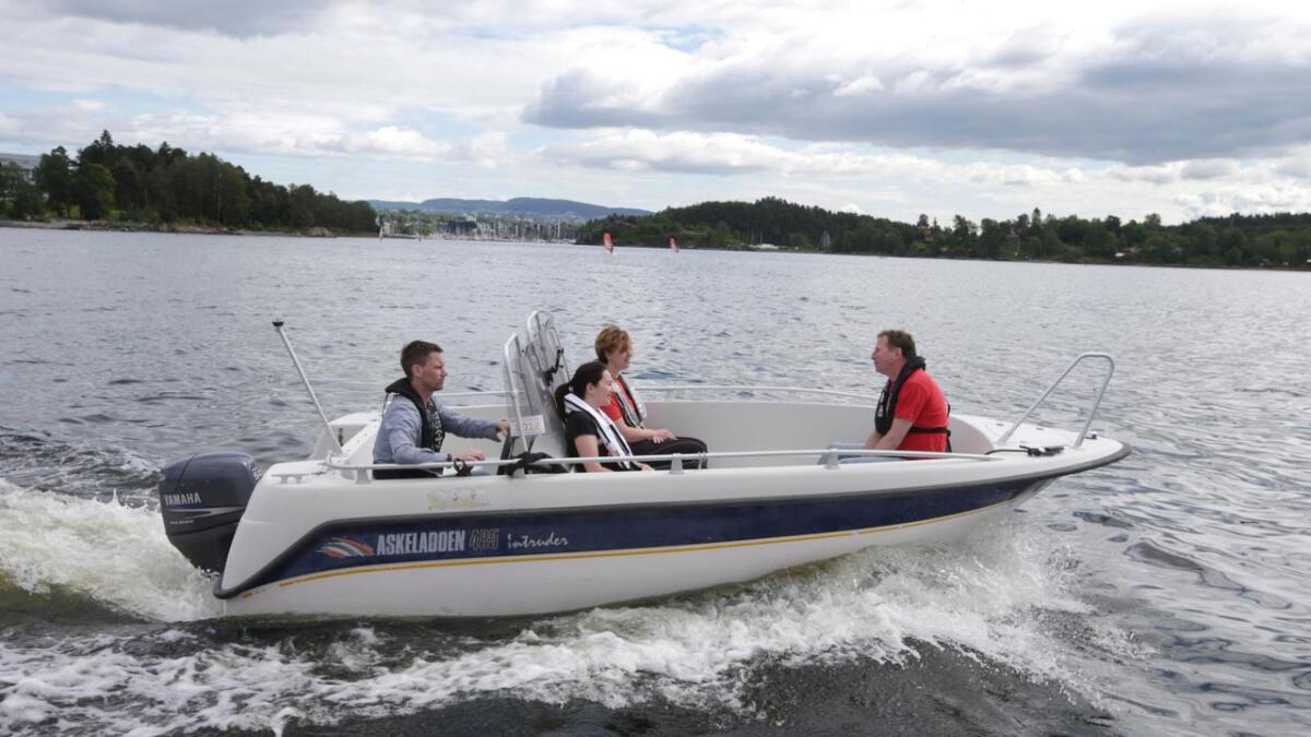 Folk i båt med redningsvester i Oslofjorden. Fra og med fredag 1. mai er det påbudt med redningsvest for alle i båter under åtte meter. En båttur i solskinnet på Olsofjorden er deilig på sommeren.