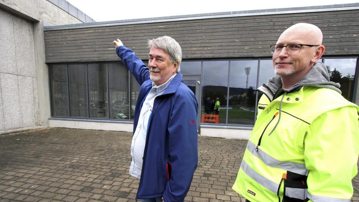Enøk-ingeniør Geir Olav Grini (t.h.) og virksomhetsleder drift John Aanjesen i Notodden kommune viser hvor det kommer inn fuktighet i taket.