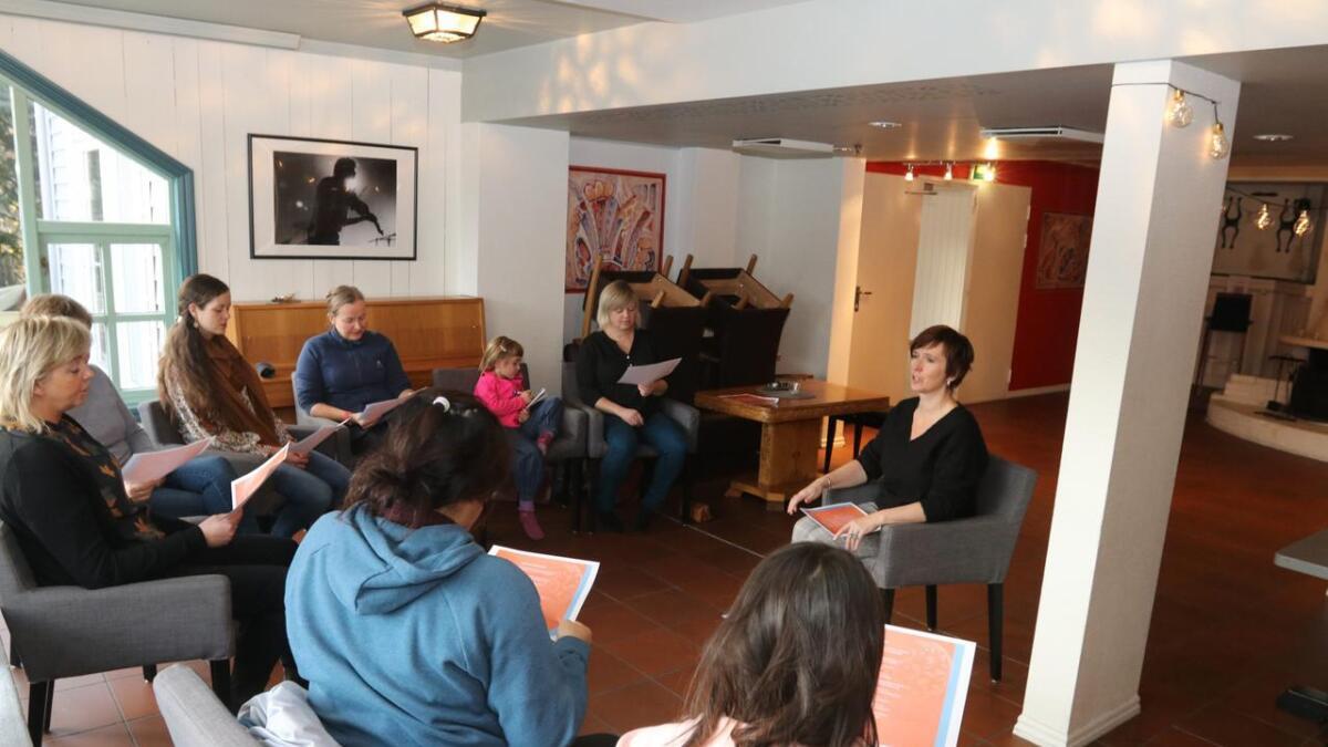 Nærare 40 born og vaksne nytta sjansen i helga og gjekk på ein av dei tre 45 minuttars gratis krasjkursa i kveding med Berit Opheim som Osafestivalen hadde.