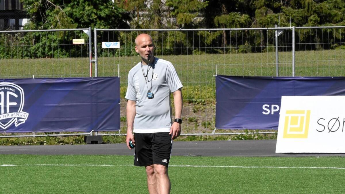 Arendal-trener Steinar Pedersen på Norac stadion hvor Nardo kommer på besøk søndag. – Spillerne må tenke konsekvenser av sine handlinger, sier han om alle de røde kortene i årets sesong.