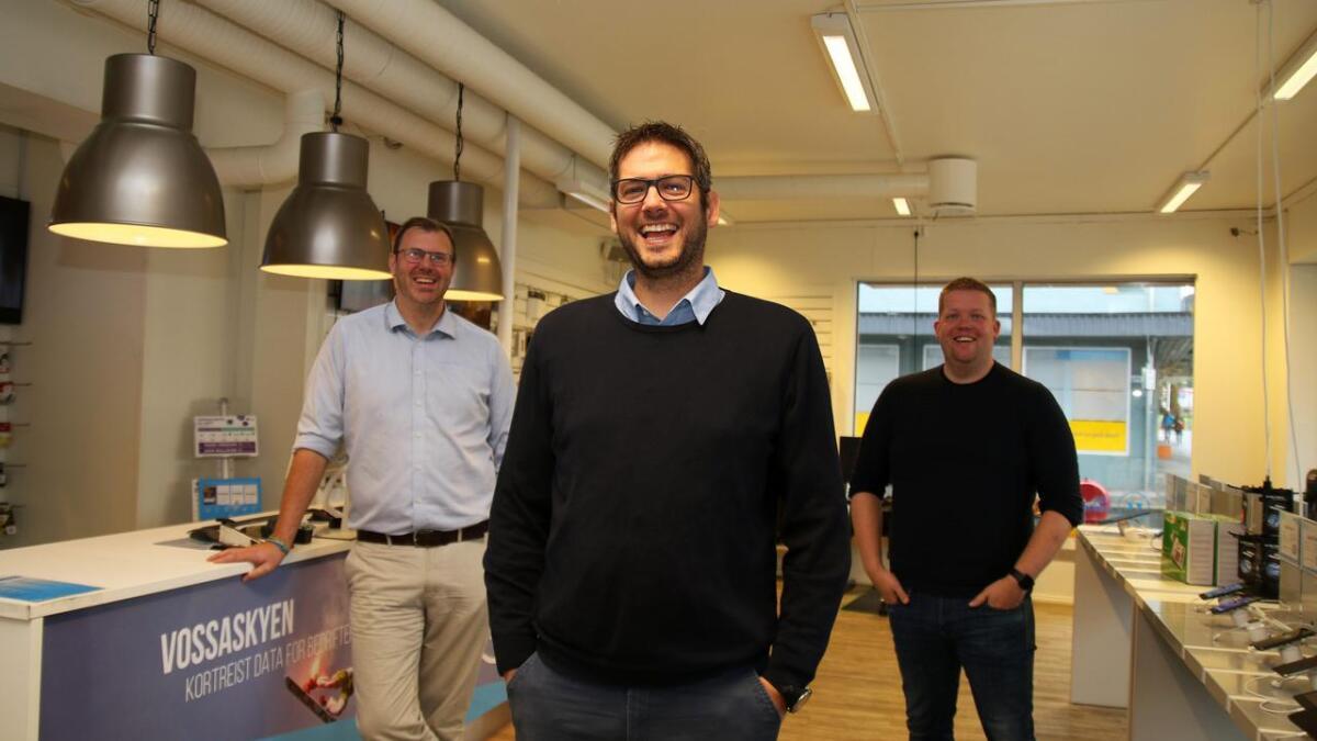 Roger Hovland (i midten) er ny dagleg leiar i Voss kommunikasjon. Tom-Erik Jensen og Kim André Vaksdal er mellomleiarar.
