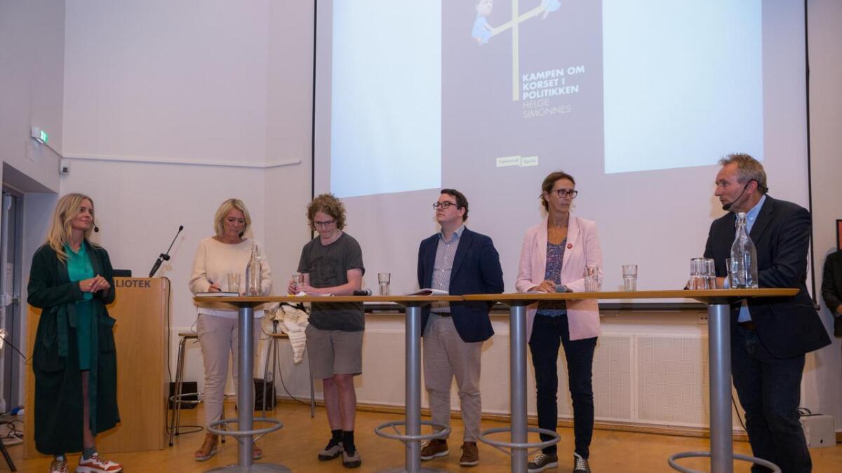 Hilde Sandvik ledet debatten med Civita-leder Kristin Clemet, KrF-politiker Simen Bondevik, tidligere Frp-rådgiver Espen Teigen, Ap-stortingsrepresentant Kari Henriksen og forfatter og tidligere sjefredaktør i Vårt Land, Helge Simonnes.
