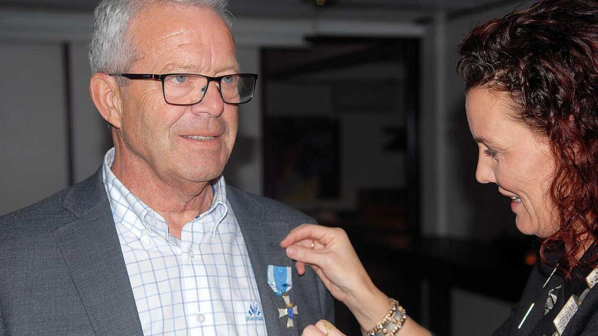 Ordførar Gro-Anita Mykjåland overrekte KS-medaljen til Brynjulf Aagesen for 24 år i kommunestyret i Iveland.