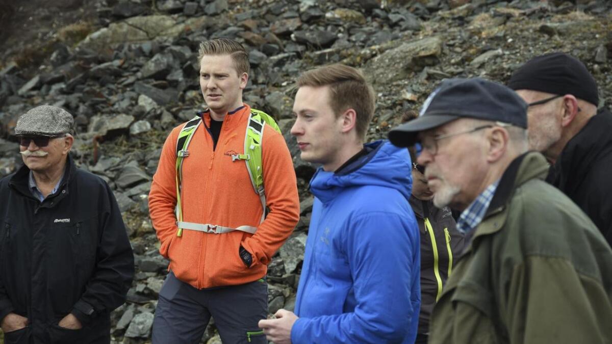 Andreas Viken (oransje jakke) har hovudfag med utgangspunkt i geologien på Lykling medan Håvard Stubseid (i blå jakke) held på med doktorgraden sin ved institutt for geovitenskap ved Universitetet i Bergen
