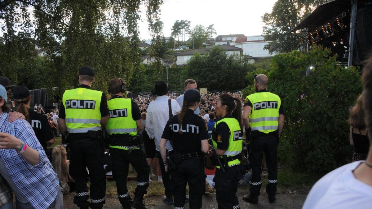 Politiet var synlig til steder under Skral også onsdagskvelden. Flere personer ble bortvist på grunn av rus og bråk.