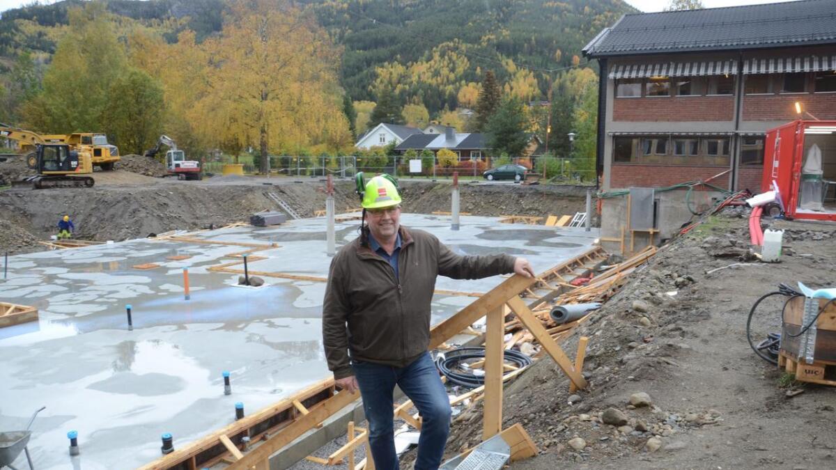 Bygginga av rettssenteret i Nesbyen kom i gang i tolvte time. Ordførar Tore Haraldset er letta.