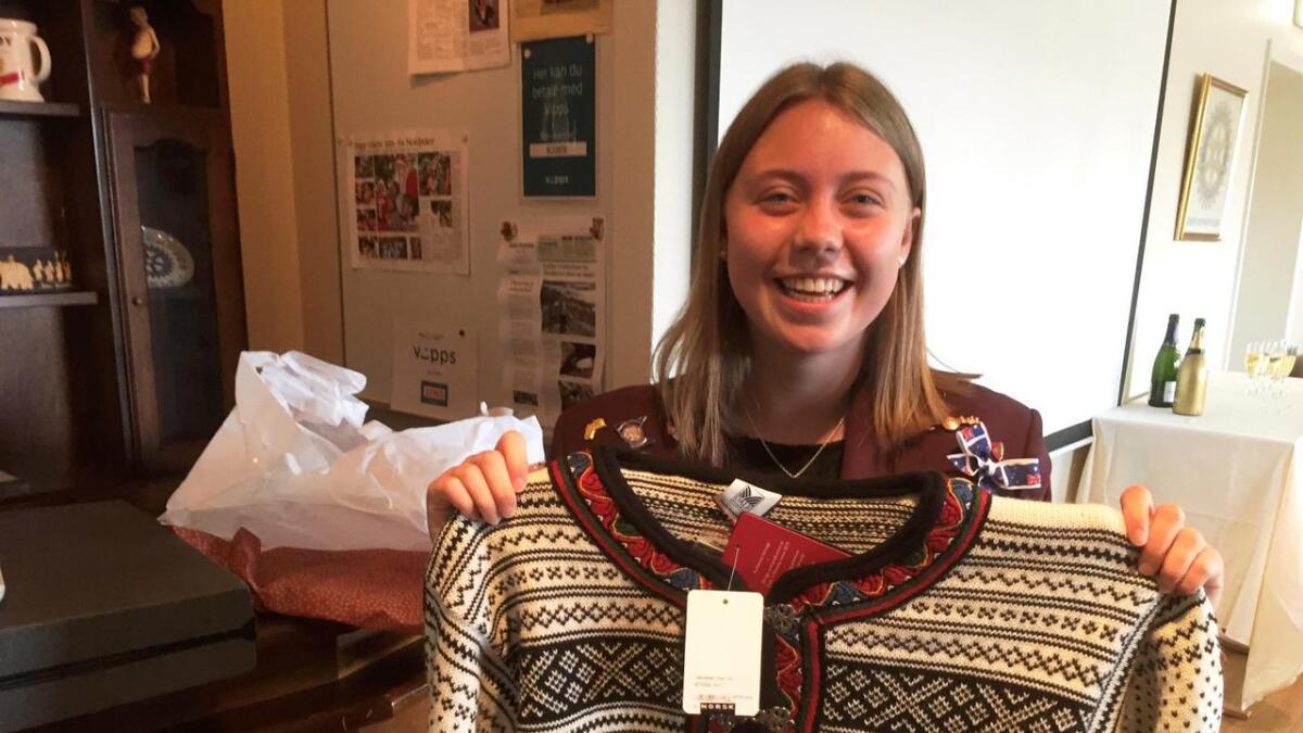 Lea Brunner fikk ullgenser i avskjedsgave på Grøm Rotaryklubbs fest 21. juni.