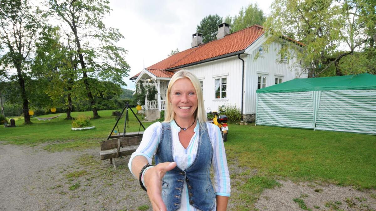 Anne Gravir Klykken hilste på dem som kom til Ælj i solnedgangen i fjor. Fredag og lørdag er Holtan gård på nytt festivalområde for små og store.