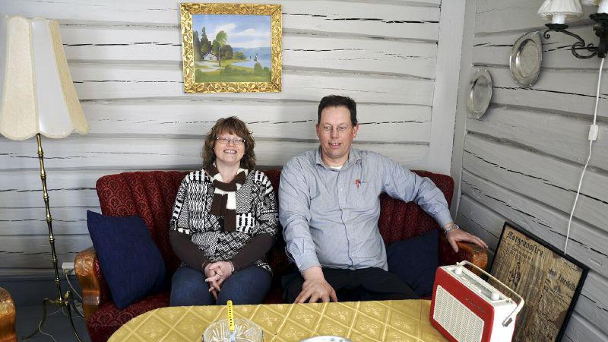Her i storstua kan Grethe og Jan slappe av og se på tv mellom slagene. Tidligere var veggene tapetsert, men i så dårlig forfatning at det måtte skiftes ut.