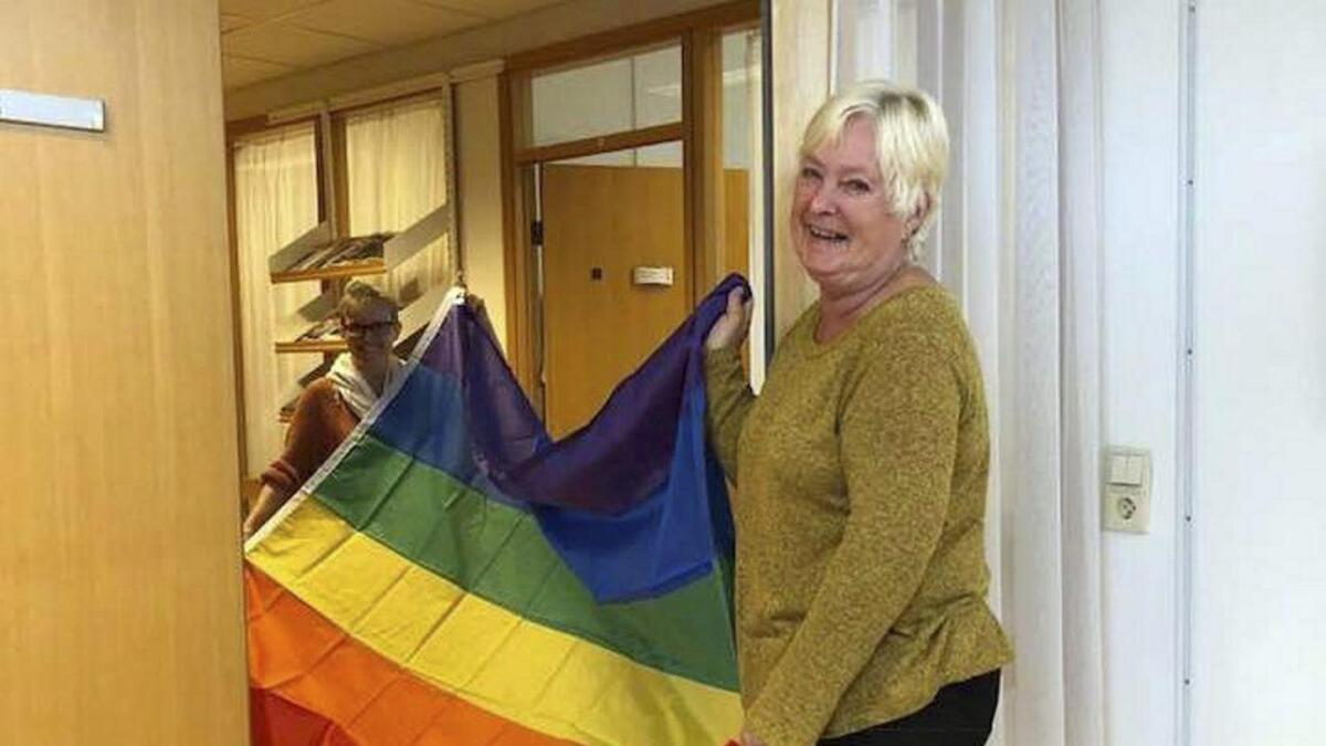 Flagget er endeleg på plass i rådhuset. Her ser me Elin Ravnskog (bak) og Marit Åkra.